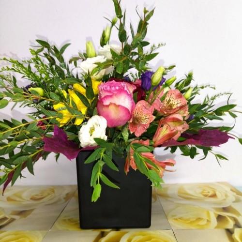 Σύνθεση λουλούδια εποχής σε σε γυαλί πολυτελείας