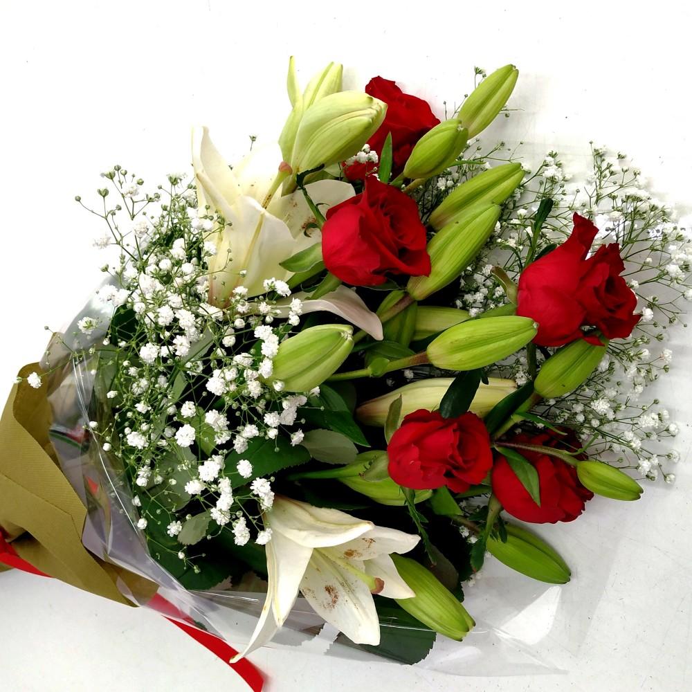Ανθοδέσμη λίλιουμ κόκκινα τριαντάφυλλα